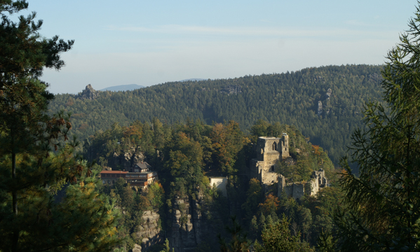 """Unweit dem Naturpark Hotel """"Haus Hubertus"""" im schönen Kurort Oybin, liegt die historische Anlage der Burg Oybin, der Alterssitz des Kaisers Karl dem IV. Um 1369 gründete man auf der historischen Burganlage ein Kloster der Cölestiner.  Die Burg- und Klosteranlage Oybin wurde auf dem gleichnamigen Berg """"Oybin"""", dem wohl bekanntesten Berg des """"Naturpark Zittauer Gebirge"""", erbaut. Der Oybin besitzt eine Höhe von 514 m und lässt sich leicht mit einer Wanderung vom Naturpark Hotel """"Haus Hubertus"""" erreichen."""
